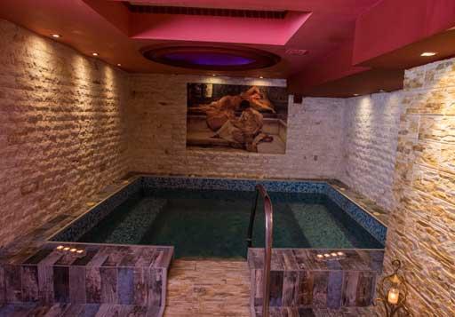 (Hydromassage + sauna + hammam + 2 massage with oil or cream for 30 minutes) / Price: 100 €