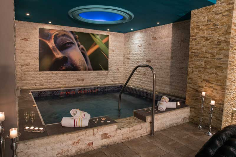 (Hydromassage + sauna + hammam + 2 massage with oil or cream for 30 minutes) / Price: 100 €